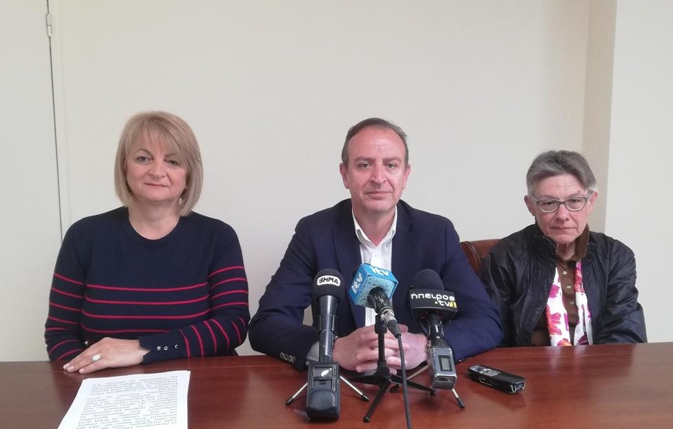 Η αντιπρόεδρος του Οίκου Ευγηρίας Ντίνα Μπακόλα, ο δήμαρχος Θωμάς Μπέγκας και το μέλος της διοίκησης Λαμπρινή Μπάτση